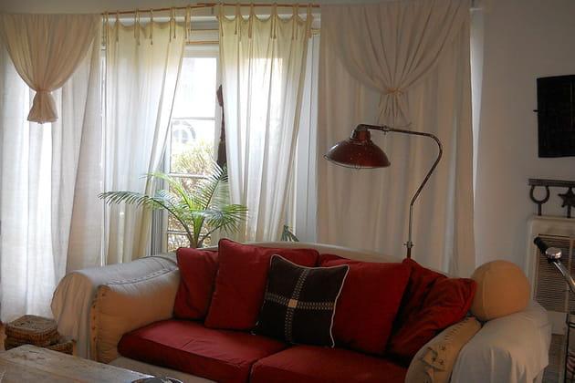 Canapé rouge et lampadaire vintage