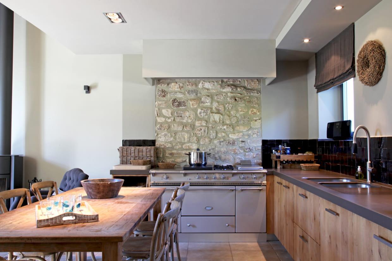 piano de cuisson r tro et mur de pierres. Black Bedroom Furniture Sets. Home Design Ideas
