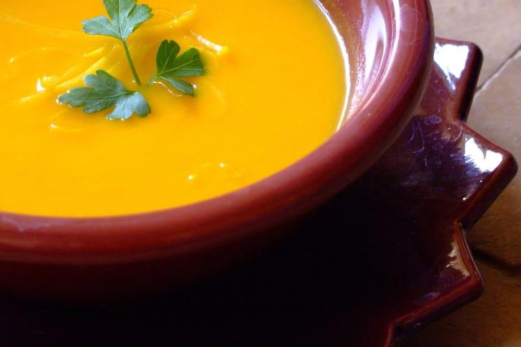 Soupe de carottes à l'orange, pommes de terre et oignons