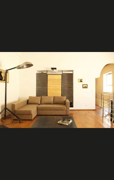 Un lampadaire de rue dans le salon
