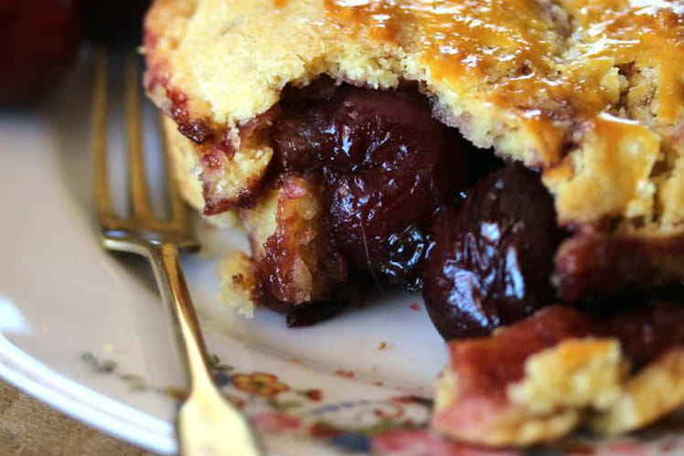 Gâteau basque aux cerises noires entières