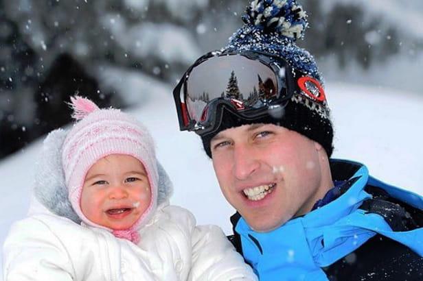 Dans les bras de son papa, au ski
