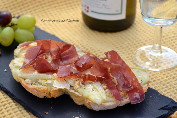 Bruschetta au Reblochon, huile citronnée, noix et jambon
