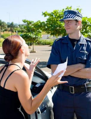 se faire accompagner par des gendarmes, pratique quand on n'a pas de tête.