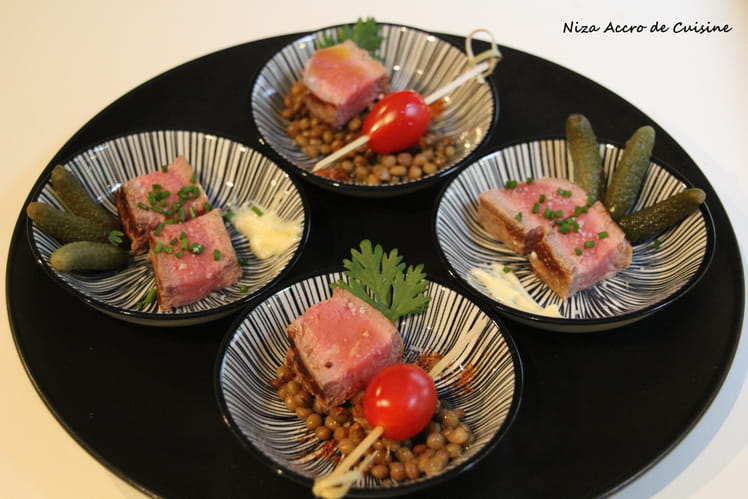 Tapas de steak, tomates cerises et cornichons
