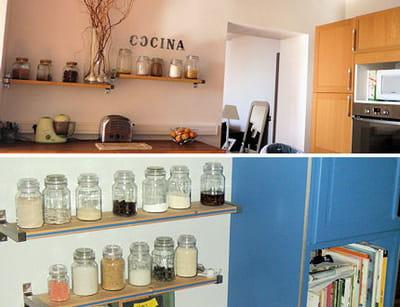 de simples étagères avec collections de bocaux se révèlent à la fois pratiques
