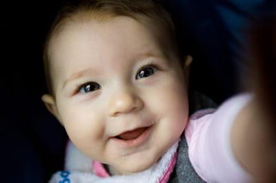 par effet de mimétisme, le bébé répond bien souvent à un sourire par un sourire