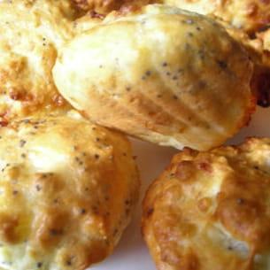 madeleines au saint-marcellin, parmesan et pavot