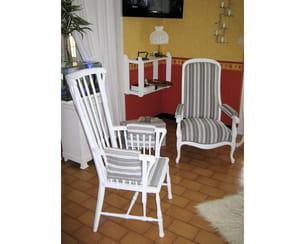 deux fauteuils rénovés avec de la toile à matelas