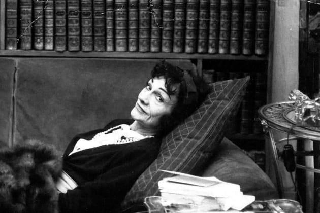 Gabrielle Chanel et l'une de ses statuettes de lion