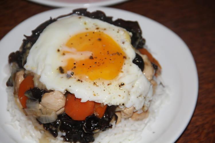 Le bol renversé de l'Île Maurice au poulet légumes et champignons noirs
