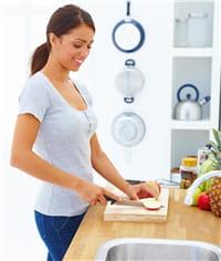 lorsque vous cuisinez, tenez-vous bien proche du plan de travail pour moins