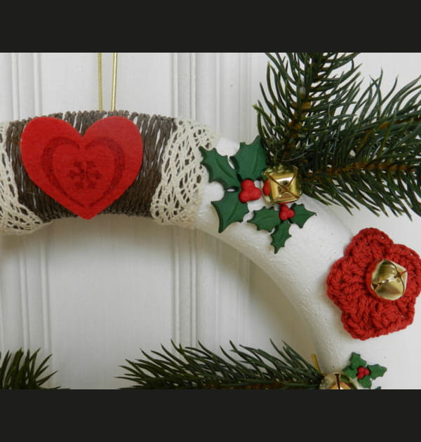 DIY: une couronne de Noël tradi en rouge et vert