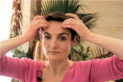 plusieurs mouvements existent pour masser le haut du visage.