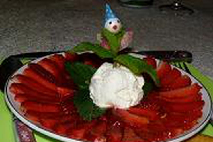 Carpaccio de fraises et glace au nougat et menthe