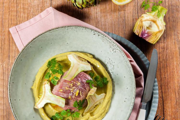 Agneau rôti, mousseline de pois cassés au wasabi et artichauts grillés