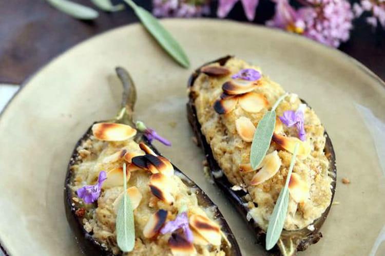 Aubergines farcies au poulet, sauge fraîche et son croustillant d'amandes