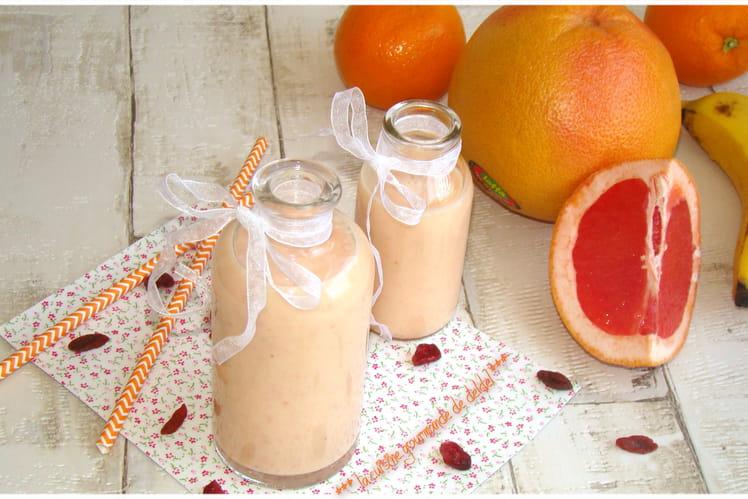 Smoothie au pomelo, oranges, bananes et baies de goji