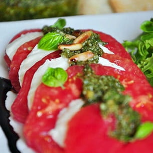 tomate mozza, pesto maison, réduction de balsamique