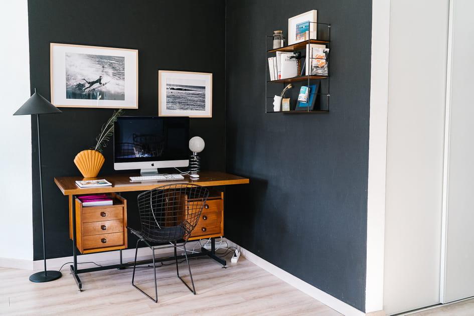 Un espace bureau entre bleu et bois