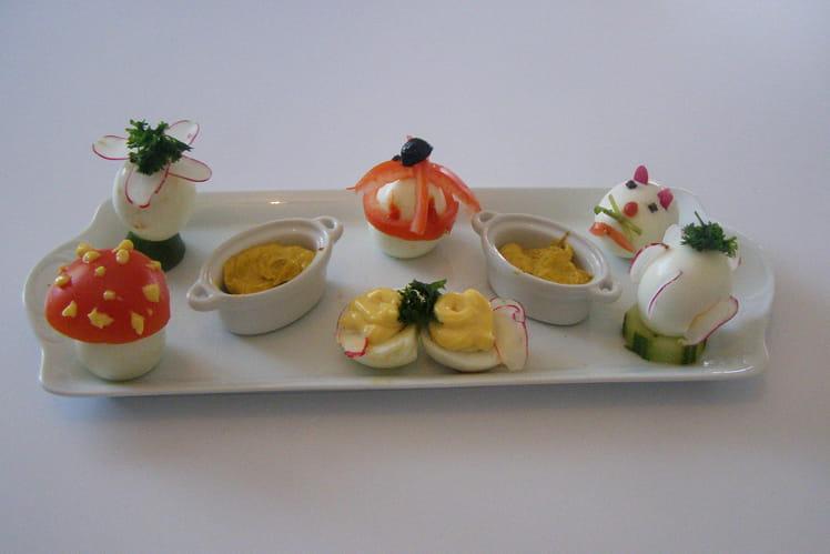 Oeufs garnis de mayonnaise au curry, tomates, concombres et radis