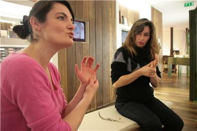 la monitrice de l'atelier explique les gestes aux participantes.