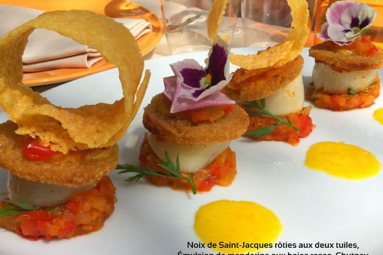 Noix de Saint-Jacques rôties aux deux tuiles, émulsion de mandarine aux baies roses, chutney d'ananas aux poivrons rouges