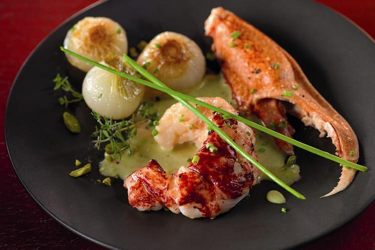 Homard bleu de Méditerranée, oignons confits, bisque à la pistache et fleur d'ail des ours