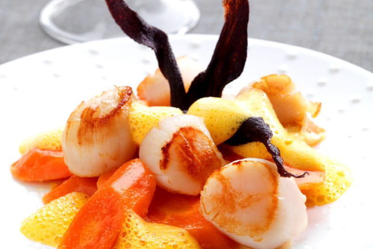 Assortiment de carottes glacées, écume de carotte au gingembre et noix de saint-jacques