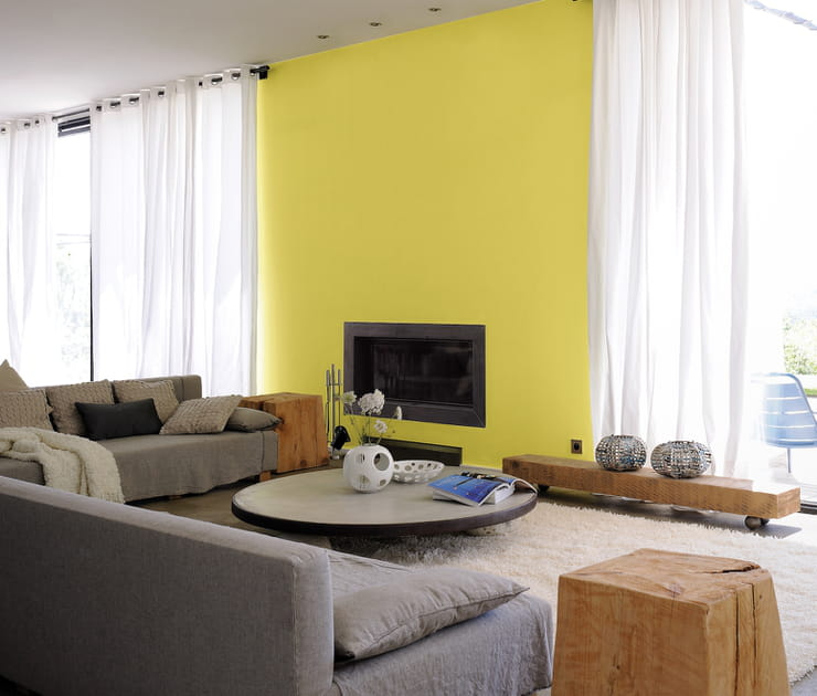 Un salon jaune lumineux