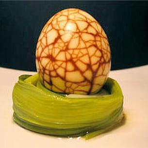 œuf marbré au thé sur son nid de poireau vinaigre