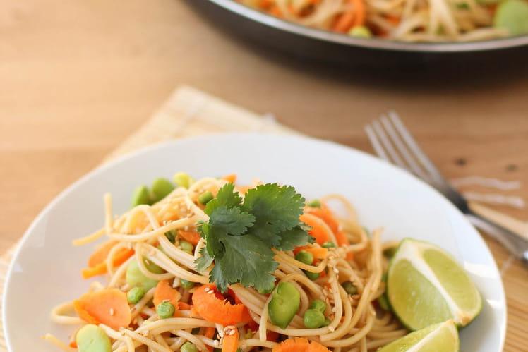 Nouilles sautées aux fèves, rubans de carottes et petits pois