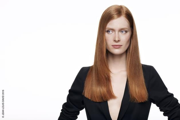 Les cheveux roux et lisses