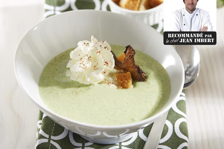 Velouté de brocoli avec cappuccino aux épices, girolles