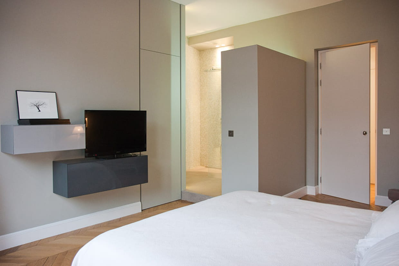 une salle d 39 eau ouverte sur la chambre. Black Bedroom Furniture Sets. Home Design Ideas