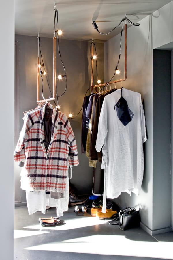 portants-vetements-suspendus-decores-lumieres