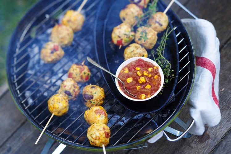 Brochettes de boulettes de légumes et poulet et sauces Raïta, Aigre douce et sauce Hot