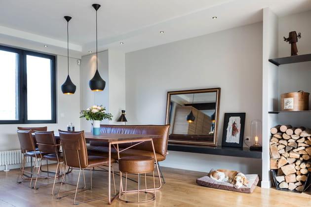 Une salle à manger où le cuir et le bois dominent