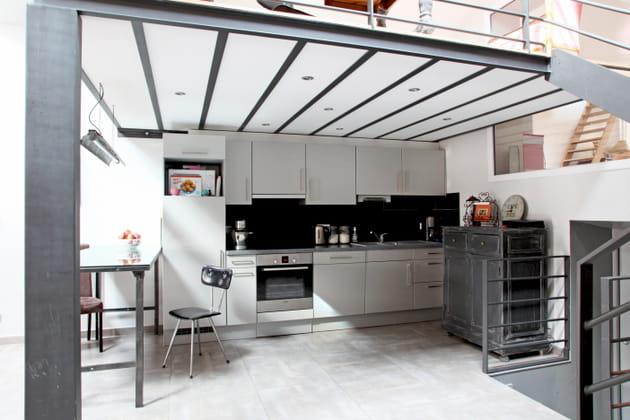 Une cuisine en I esprit loft sous la mezzanine