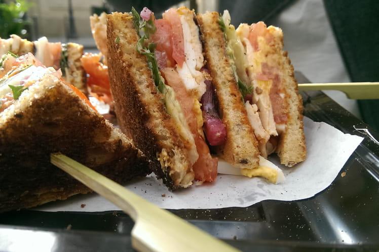 Vitello Tonato, sandwich de veau, tomates et riquette, sauce tonato