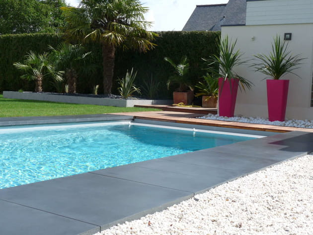 Apr s une agr able piscine entour e de b ton lisse for Installer gravier jardin