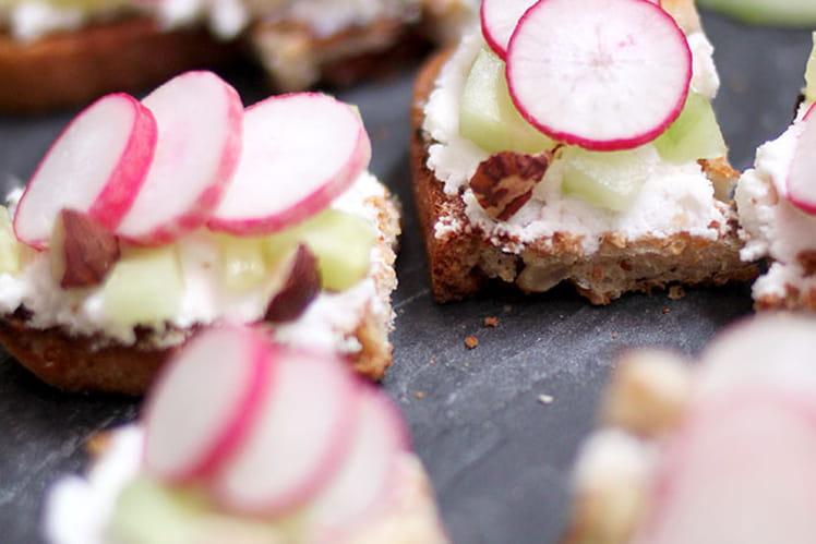 Tartines apéritives {chèvre, radis, concombre et noisettes}