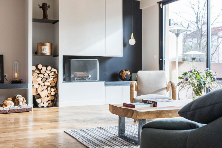 Un salon avec cheminée
