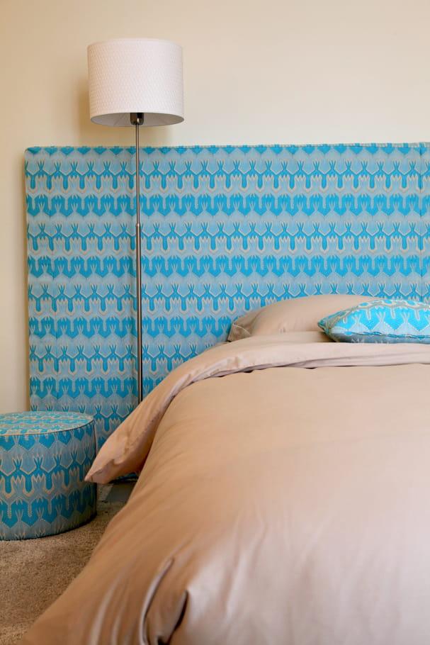 une t te de lit orn e de motifs graphiques turquoise bleu turquoise comment l 39 int grer dans. Black Bedroom Furniture Sets. Home Design Ideas