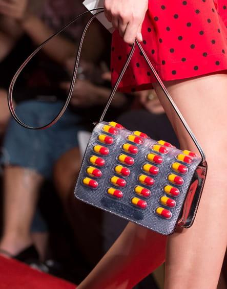 Le sac gélules du défilé Moschino