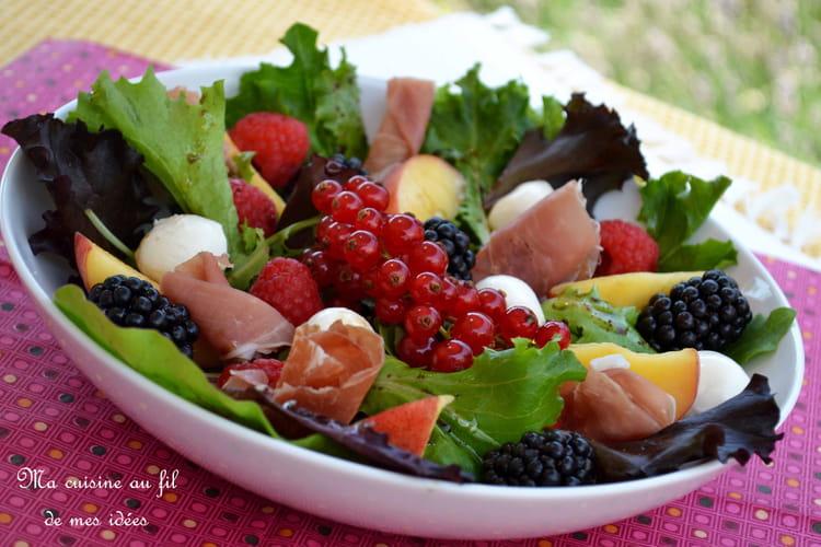 Salade aux pêches, framboises, mûres, groseilles, mozzarella et jambon cru