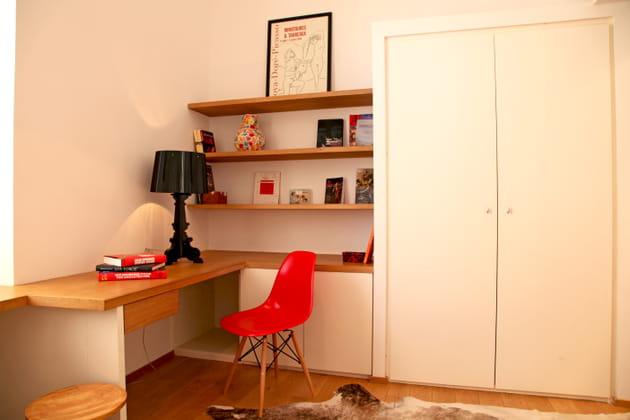 Une chaise de bureau rouge