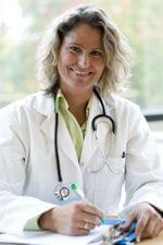 le médecin vérifie l'absence d'irritation ou de couperose avant de commencer un
