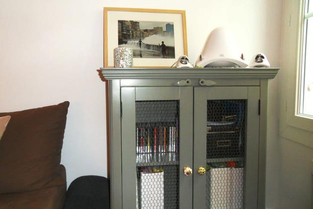 un vaisselier aux poign es personnalis es. Black Bedroom Furniture Sets. Home Design Ideas