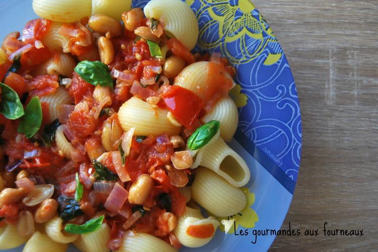 Pâtes à la sauce pimentée aux tomates, basilic et cacahuètes